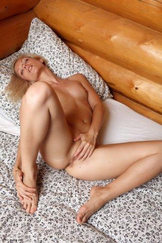 Русская шалунья Маришка голая на частных эротических фотографиях