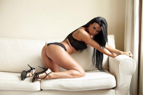 Развратная Ashley демонстрирует силиконовые сиськи на белом диване