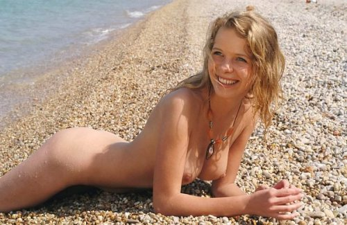 Симпатичная Леночка впервые на море и фотографируется на нудистском пляже