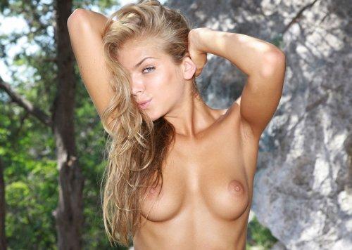 Стройная голая Инга в полосатой шапочке устроила эротику на природе