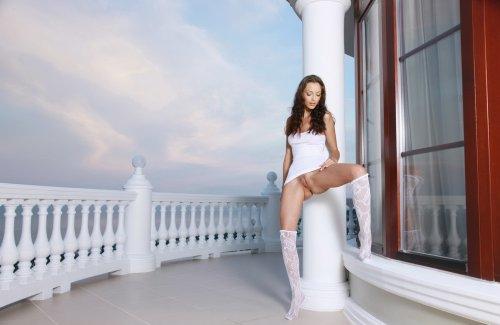 Шикарная стройная модель Лика на красивых эротических фотографиях