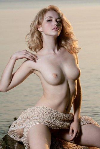 Красивые частные эротические фотографии блондинки на закате дня в воде