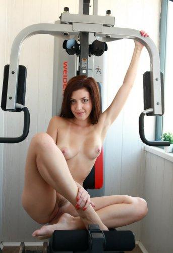Частные эротические фото от раскрепощённой девушки - спорт на балконе голышом