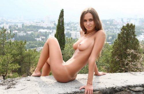 Частная эротическая фотосессия от голой Марины с линиями загара от трусиков