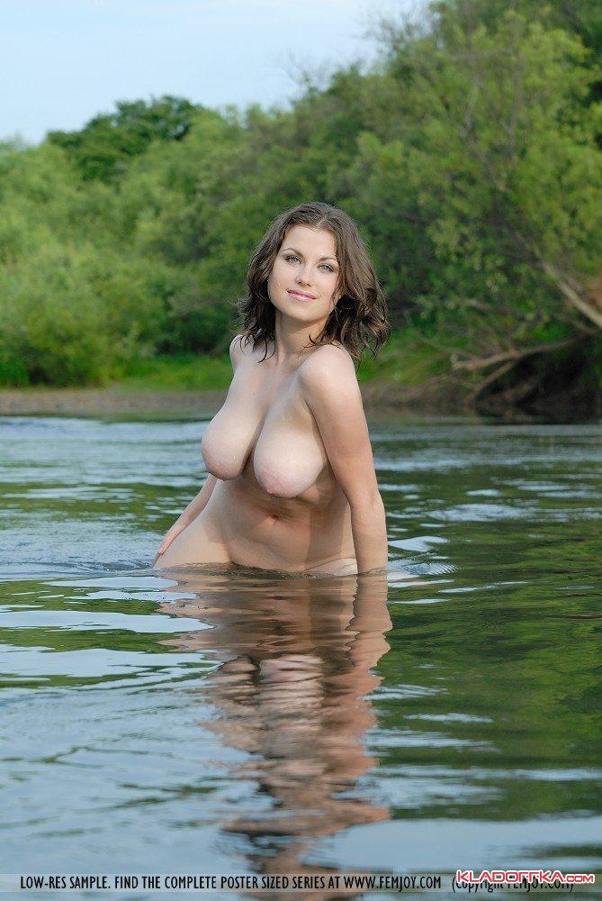 купается в реке голая