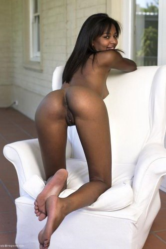 Худенькая Наоми отдыхает под солнцем в белом кресле