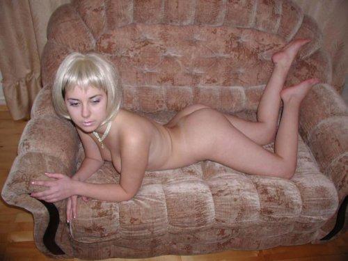 Частные эротические фото от симпатичной студентки Танька в белом парике
