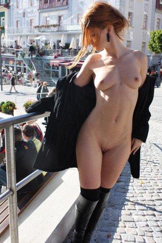 Бесстыжая рыжая тётка фотографируется голая на улице в общественных местах