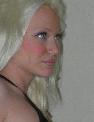 Симпатичная блондинка Сима с красивой фигурой любит частные эротические фото