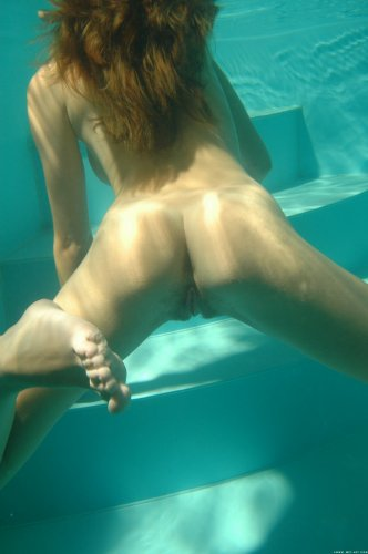 Муж делает частные эротические фото голой развратницы под водой