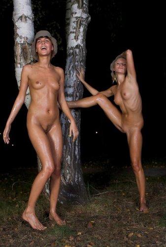 Голые русские девчонки делают частные эротические фото после баньки