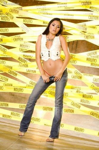 Стройная азиаточка Michelle Maylene в сексуальных красных трусиках