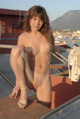 Молодая похотливая студентка снимает одежду на крыше и позирует