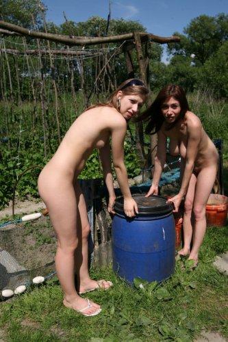 Раскрепощённые подружки сняли одежду и загорают голышом в огороде