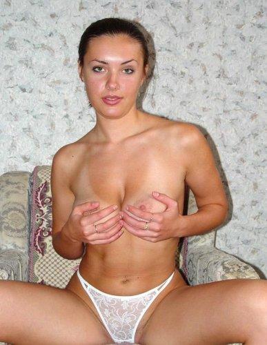Очаровательная девушка с отличной фигурой на частных эротических фото