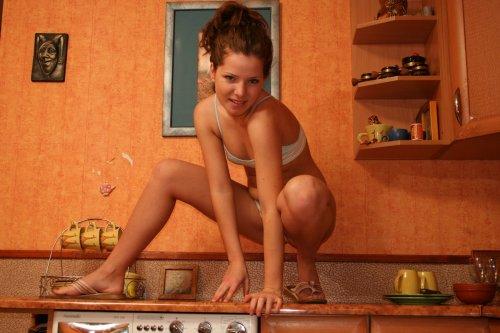 Молодая раскрепощённая студентка раздевается на частных эротических фото