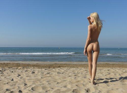 Жопастая красотка снимает откровенный купальник на балтийском берегу