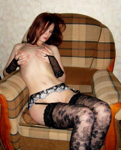 Симпатичная развратница любит раздеваться для частных эротических фото