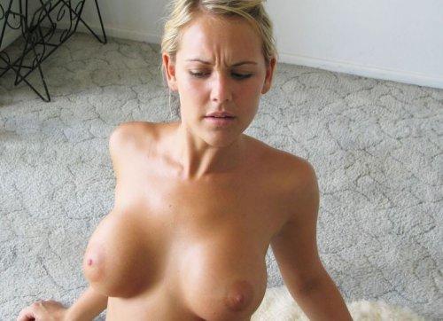 Грудастая голая тёлка с бритой пиздой устроила частную эротику на полу