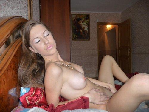 Заводная раскрепощённая Тамара раздевается на частных эротических фото
