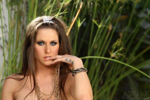 Топ-модель Rachel Roxxx с очень красивыми сиськами в золотистом платье