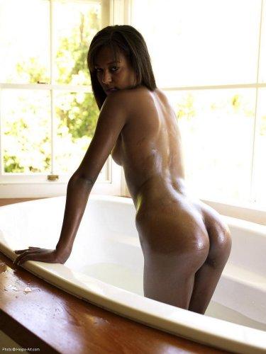 Красивая худенькая негритянка в ванне