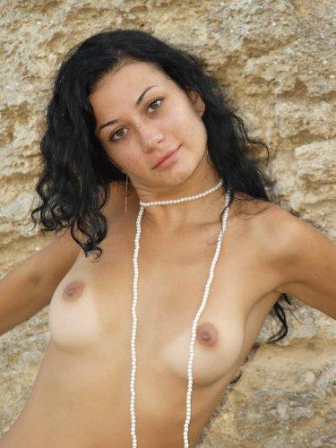 Привлекательная брюнетка Маргарита снимает платье на частных эротических фото