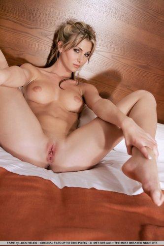 Denisa на кровати в гостиничном номере