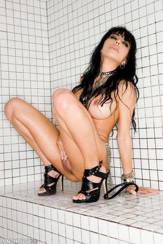 Дерзкая порнозвезда Lela Star с большой круглой стоячей грудью в душевой
