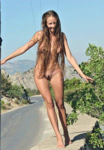 Длинноволосая раскрепощённая девушка Саша гуляет голая по шоссе