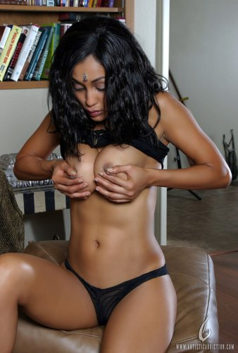 Индийская фотомодель Priya Rai снимает трусики и показывает большую грудь