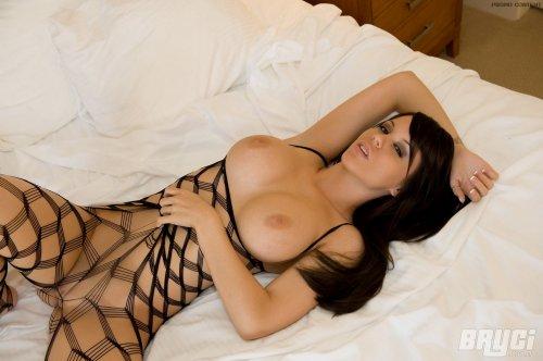 Страстная Bryci с силиконовыми титьками в эротической сетке на кровати