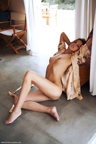 Длинноногая красотка Eufrat снимает шелковый халат и позирует голая на полу