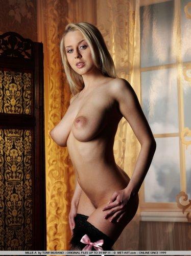 Блондинка Дарья Макарова в чёрном белье