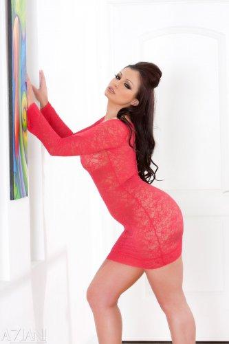 Невероятно сексопильная Aria Giovanni без трусиков в красном платье