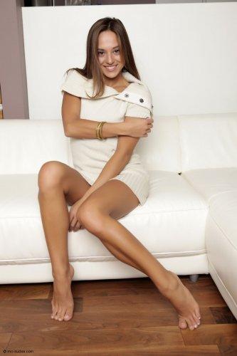 Привлекательная Dominika в белой кофте и без трусов показала большие половые губы