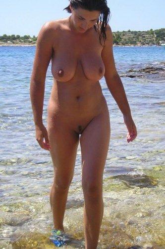 Чумовая пухленькая девица делает частные эротические фото на море