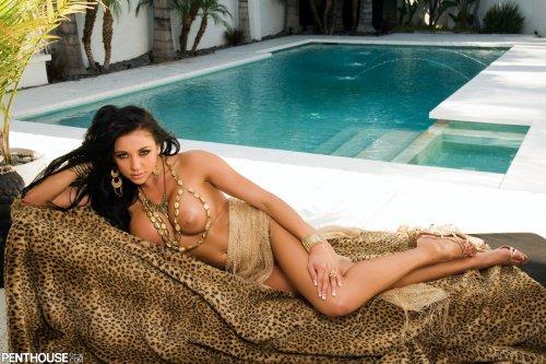 Шикарная фотомодель Audrey Bitoni с большими буферами под пальмами