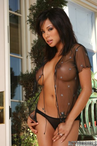 Красотка Jeri Lee с круглыми силиконовыми сиськами в прозрачной кофте