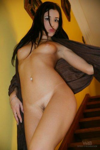 Стройная брюнетка Satin Bloom (Lucie Jurcakova) позирует голая на лестнице
