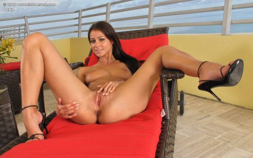 Знаменитая красотка Kristina Walker с отличной сочной задницей на терассе