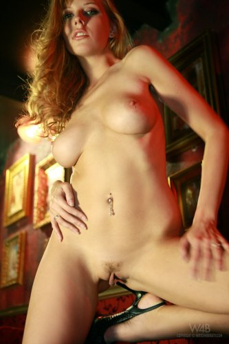 Сексуальная фотомодель Carmen Kees показывает красивые натуральные сиськи