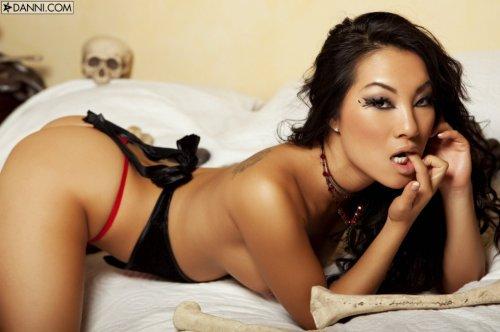 Азиатская топ-модель Asa Akira раздвигает вагину пальцами в спальне