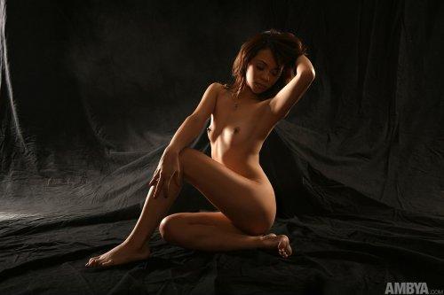 Худенькая молодуха Gayle Angeli сексуально позирует в чёрной комнате