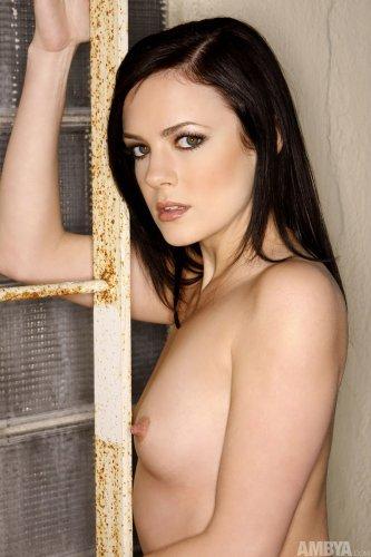 Привлекательная Stephanie Sage в леопардовых стринги разделась на крыше