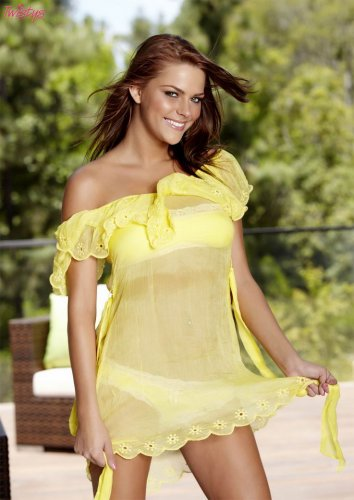 Meggan Mallone в жёлтом платье