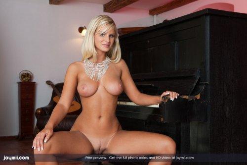 Пошлая Miela мастурбирует большим силиконовым фалосом на пианино