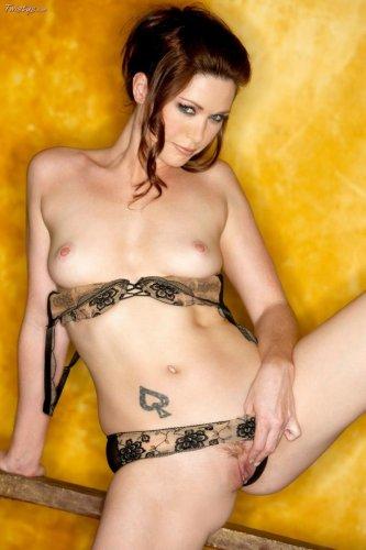 Красивая стройная женщина Aimee Sweet снимает нижнее бельё для Twistys