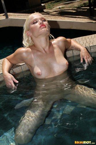Похотливая Ash с пирсингом на вагине в откровенном купальнике у бассейна