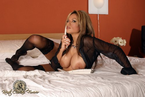 Kristi Curiali с большой красивой грудью исполняет страстный секс по телефону
